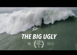 Enlace a El dramático momento captado por un drone del rescate de dos personas en olas de 20 metros