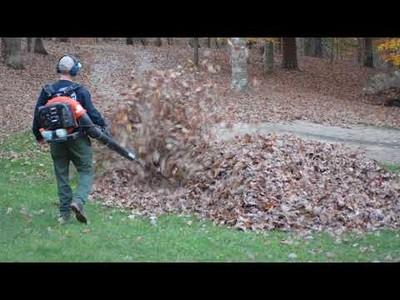 La broma que hacen estos niños a su padre mientras recoge hojas secas del jardín
