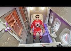 Enlace a Así es viajar en primera clase en el avión de Emirates A380