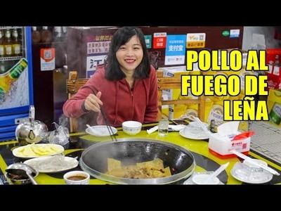 Probando el estofado de pollo al fuego de leña típico de China