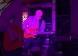 Enlace a Este abuelete se la saca de forma descomunal tocando la guitarra