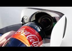 Enlace a Esto es lo que pasa si llenas el depósito de tu coche con Coca-Cola