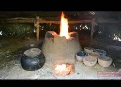 Enlace a Nuestro primitivo favorito empieza a fabricar en su casa unas cazuelas de barro