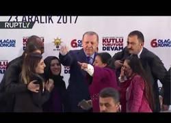 Enlace a Asaltan a Erdogan en mitad de un congreso