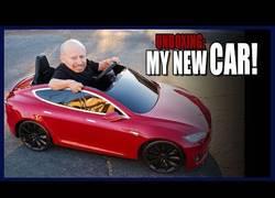 Enlace a El mejor regalo que recibió para Navidades acorde a su tamaño: un mini Tesla
