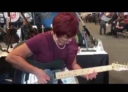 Enlace a Agarra una guitarra en esta convención de música y sorprende a todo el mundo