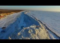 Enlace a El increíble muro de hielo formado entre Rusia y China de 20km de longitud