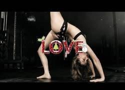Enlace a El arte de posar de forma sensual haciendo yoga