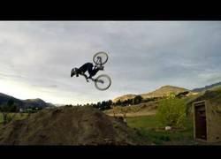 Enlace a Tiene 8 años y esta es la primera vez que hace un backflip con la bici