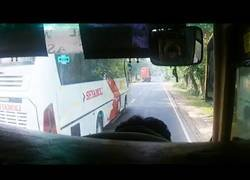 Enlace a No sabrás lo que es el riesgo hasta que no veas como conducen los autobuses en Bangladesh