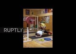 Enlace a La gran presión sobre su espalda al subirse otra persona levantando pesas encima de él