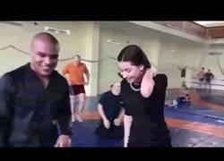 Enlace a Le pide una demostración de su técnica a Zhan Beleniuk, medallista olímpico de lucha grecoromana