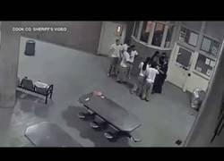 Enlace a Dos guardias en la famosa cárcel de Cook se llevan un gran susto con los presos