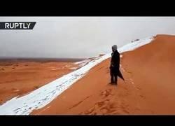 Enlace a El maravilloso aspecto del Sáhara totalmente nevado