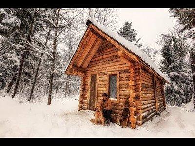 Este tío graba como se construye de cero una casa de madera en mitad del bosque