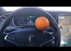 Enlace a Usan una naranja como trampa para 'hackear' el Tesla