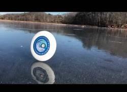 Enlace a El extraño movimiento de un frisbee rodando en un lado congelado