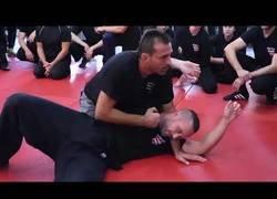 Enlace a Este tío tiene un nivel increíble en defensa usando artes marciales mixtas