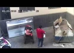 Enlace a TREMENDO: Cámaras de seguridad graban como un padre deja a su hijo en una basura