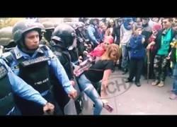 Enlace a Mujeres hondureñas bailan twerking frente a la policía en unas enormes protestas en la calle