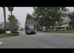 Enlace a Localizan al primer camión Tesla por las calles de California