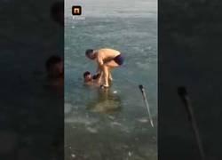 Enlace a Este tío se arrepentirá toda su vida el intentar bucear bajo el agua