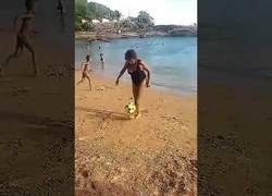Enlace a La abuela que sorprende a todo internet con su toque de balón mejor que Messi y Cristiano