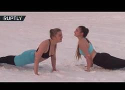 Enlace a La nueva moda en Rusia es hacer yoga a -41º