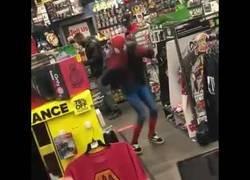 Enlace a Se cuela en un Gamestop disfrazado de Spiderman para bailar