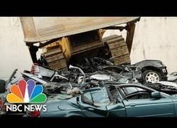 Enlace a El presidente de Filipinas mandó a destruir con una excavadora 20 coches que venían del narcotráfico