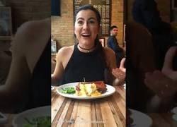 Enlace a Arruinando la comida en pleno restaurante mientras iban a hacer la típica foto para Instagram
