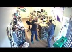 Enlace a Acude a robar a una tienda de informática y se encuentra con la persona equivocada