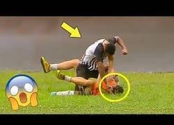 Enlace a Recibe una paliza en pleno campo por celebrar un gol del equipo contrario