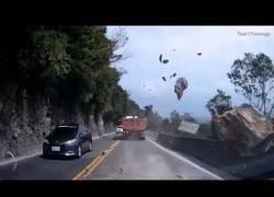 Enlace a El brutal desprendimiento de una gran roca al lado de una carretera que casi termina con la vida de varias personas