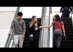 Enlace a Nada más surrealista que ir por unas escaleras mecánicas y que te toquen la mano