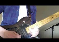 Enlace a El brutal solo de guitarra tocando