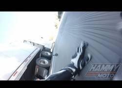 Enlace a Tiene un accidente con su moto contra un camión y corre la mayor de las suertes