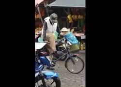 Enlace a Este señor cuida de la mejor manera bajo la lluvia a su perro al transportarlo en bici