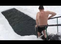 Enlace a Estadounidenses tratando de nadar en un mini lago ruso