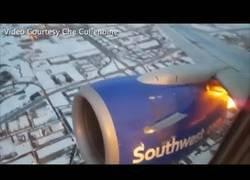Enlace a El momento exacto en el que un motor explota de un Boeing 737 con 100 pasajeros a bordo