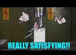 Enlace a Esto sucede si intentas aplastar un gran taco de cartas con una prensa hidráulica