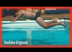 Enlace a Filman como se ve la caída a una piscina en slow motion
