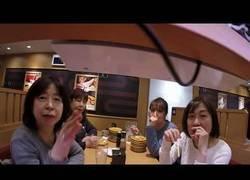 Enlace a Pone una GoPro en la cinta del local de sushi y se encuentra con un gran problema al final
