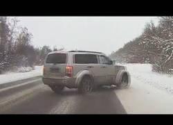 Enlace a Se le va el coche por completo en un camino con nieve y salva su vida de milagro