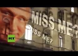 Enlace a Trolean la cancillería británica proyectando una enorme cara de Putin