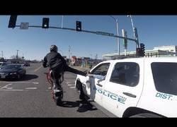 Enlace a Encuentra a la policía en plena carretera y hace algo totalmente inesperado