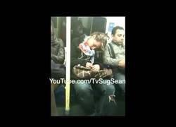 Enlace a Se queda dormida en el metro y ocurre algo que no olvidará la persona de su lado