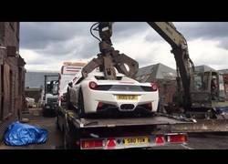 Enlace a Momento en el que la policía británica destruye un coche de lujo en mil pedazos