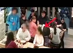 Enlace a Estaban comiendo tranquilamente hasta que una persona le lanzó una sopa hirviendo a la cara
