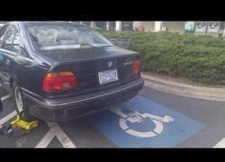 Enlace a Le inmobilizan el coche por la rueda y eso no le impide escaparse